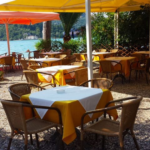tomsseasiderestaurant-chairs-tables-nidri-lefkada